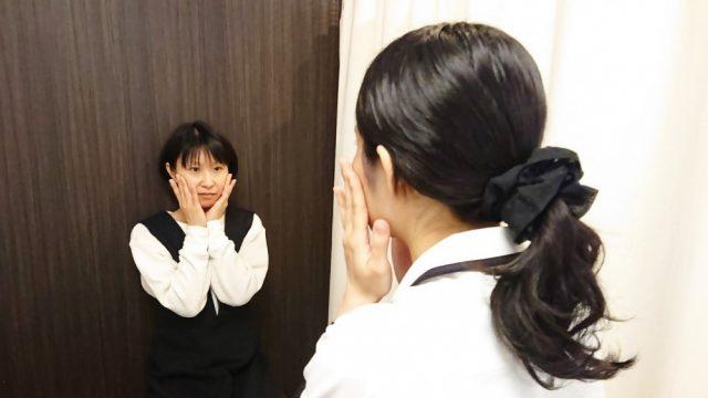 女性スタッフが女性患者に対し、お肌と体のチェックと説明を行っている画像。