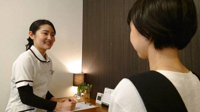 女性スタッフが女性患者に対し、カウンセリングをしている画像。