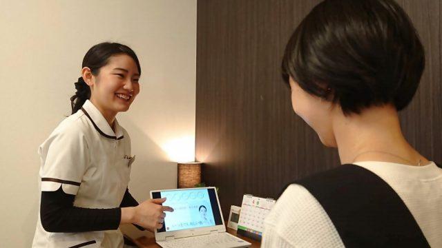 女性スタッフが女性患者に対し、セルフケアをお伝えしている画像。